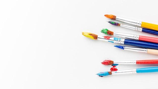 Vista dall'alto di aquarelle colorate sui pennelli