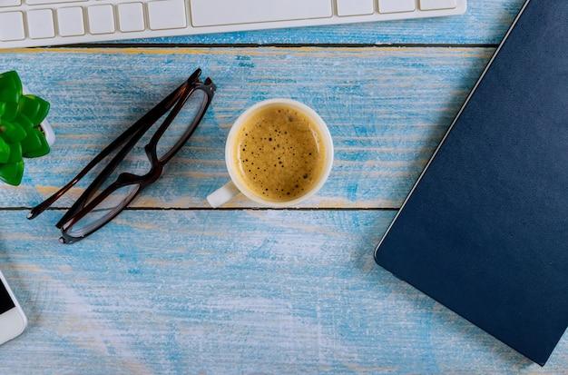 Vista dall'alto di articoli per ufficio e caffè
