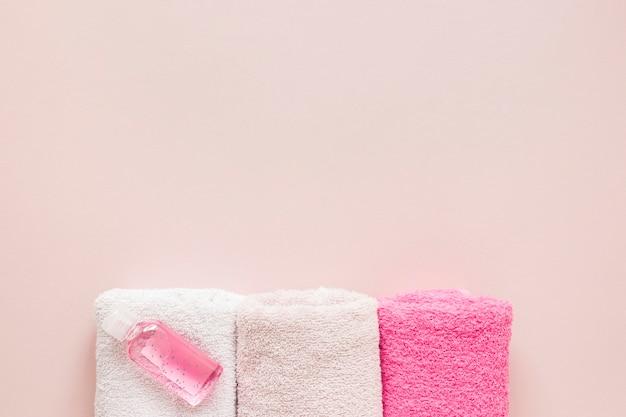 Vista dall'alto di asciugamani da bagno con spazio di copia