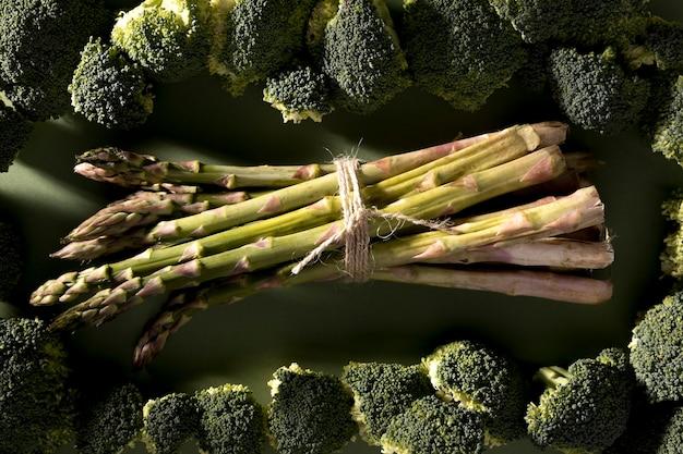 Vista dall'alto di asparagi con broccoli