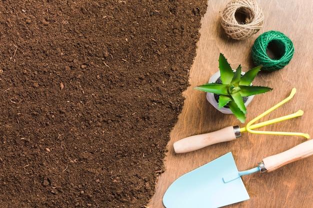 Vista dall'alto di attrezzi da giardinaggio a terra