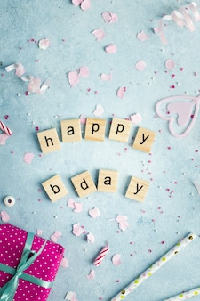 Vista dall'alto di auguri di buon compleanno in lettere di legno