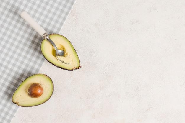Vista dall'alto di avocado con semi