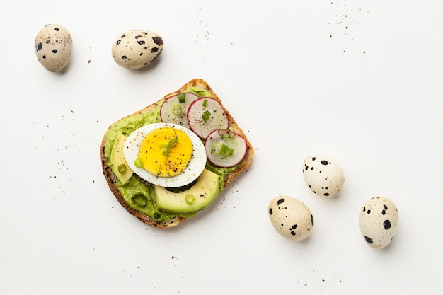 Vista dall'alto di avocado e panino con uova