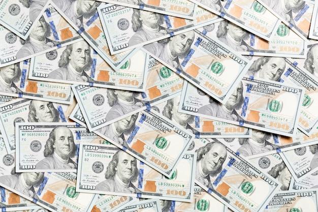 Vista dall'alto di banconote da cento dollari realizzate come a. valuta usd. trama di dollari americani