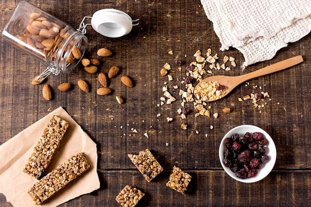 Vista dall'alto di barrette di cereali con mandorle e mirtilli rossi
