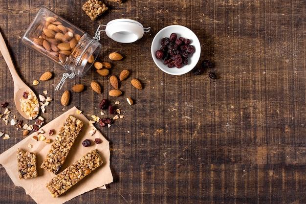 Vista dall'alto di barrette di cereali con spazio di copia e mandorle