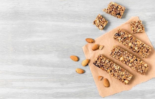 Vista dall'alto di barrette di cereali con spazio di copia