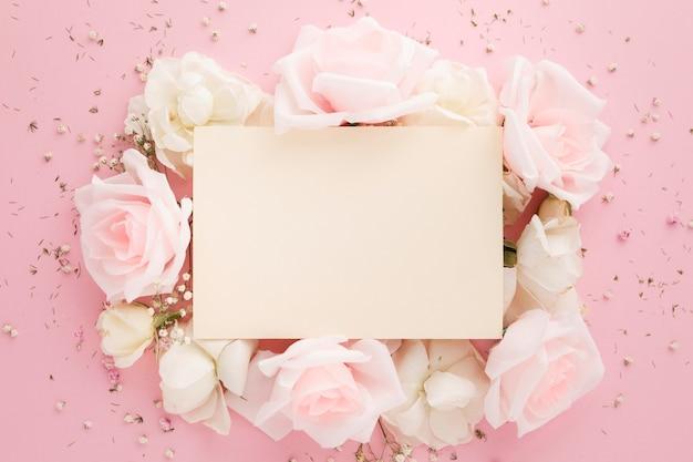 Vista dall'alto di belle rose con spazio di copia