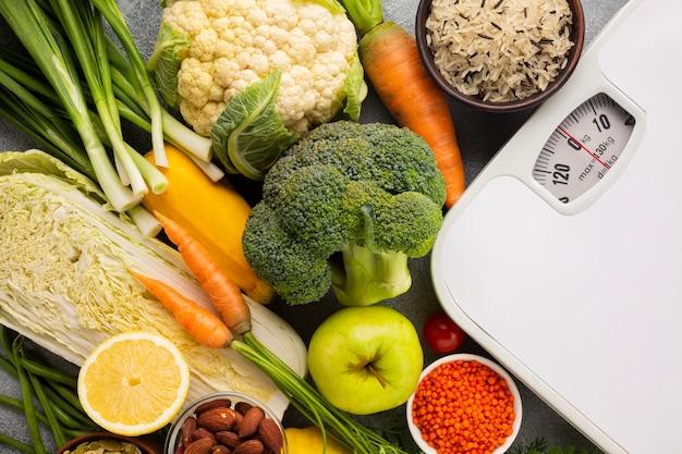 Vista dall'alto di bilance e generi alimentari