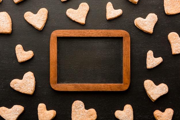 Vista dall'alto di biscotti a forma di cuore per san valentino