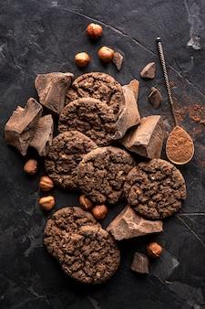 Vista dall'alto di biscotti al cioccolato con nocciole e cacao in polvere