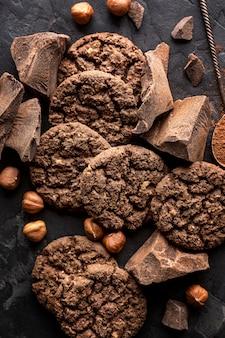 Vista dall'alto di biscotti al cioccolato con nocciole