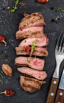 Vista dall'alto di bistecca con posate