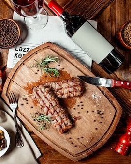 Vista dall'alto di bistecche di manzo sul piatto di legno