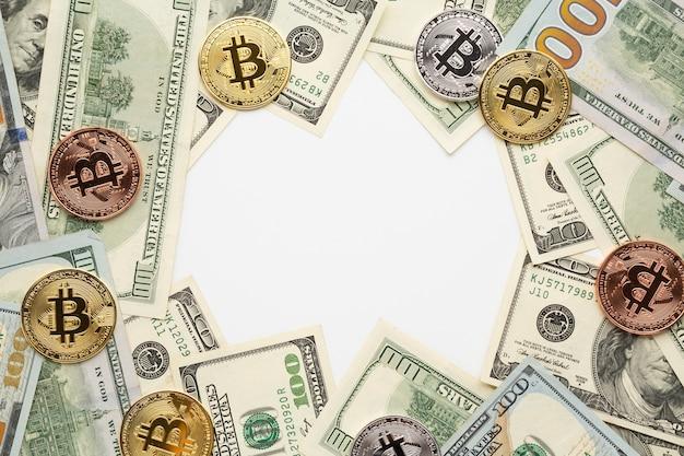 Vista dall'alto di bitcoin e banconote da un dollaro