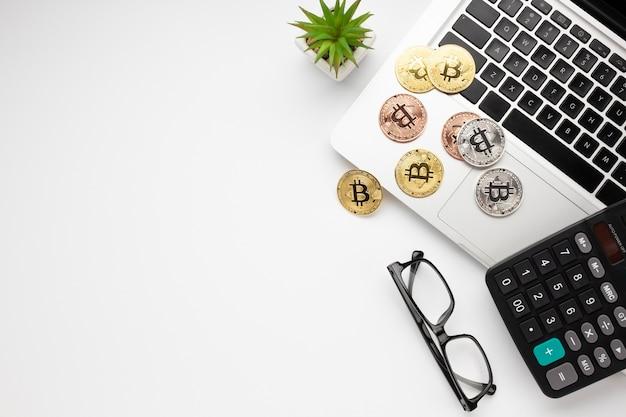 Vista dall'alto di bitcoin sul portatile