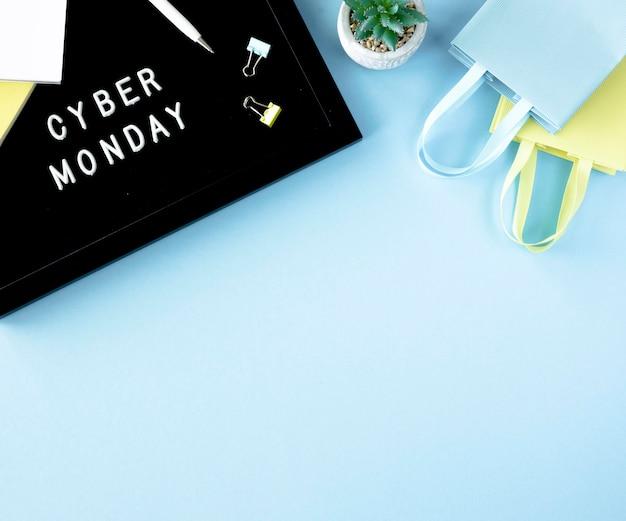 Vista dall'alto di borse della spesa con pianta e copia spazio per cyber lunedì