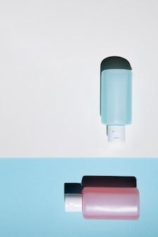 Vista dall'alto di bottiglie di acetone rosa e blu