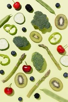 Vista dall'alto di broccoli con kiwi e verdure