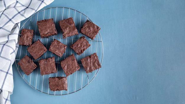 Vista dall'alto di brownies su rack di raffreddamento con spazio di copia