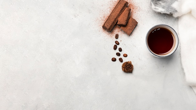 Vista dall'alto di caffè e cioccolato dolce