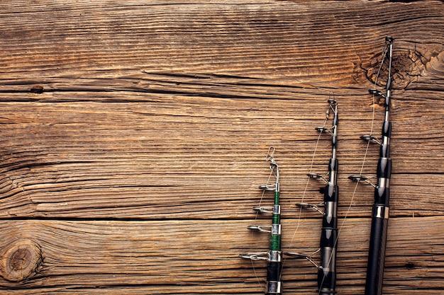 Vista dall'alto di canne da pesca con spazio di copia