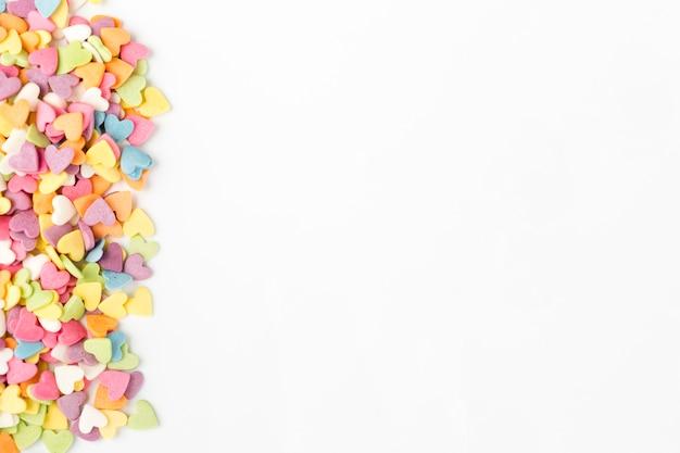 Vista dall'alto di caramelle colorate a forma di cuore