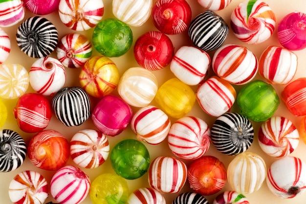 Vista dall'alto di caramelle colorate
