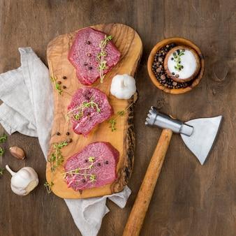 Vista dall'alto di carne con aglio
