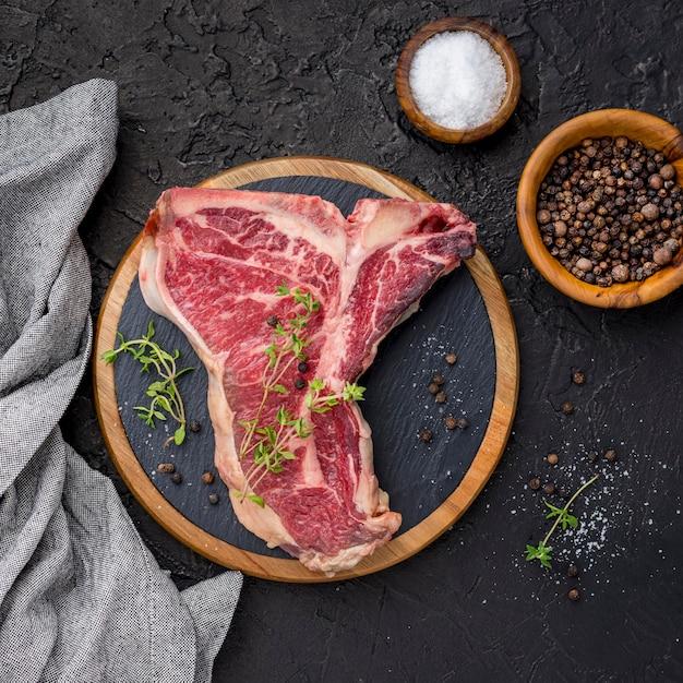Vista dall'alto di carne con spezie e sale