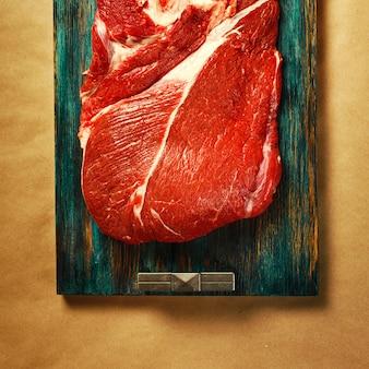 Vista dall'alto di carne rossa di manzo con pepe nero