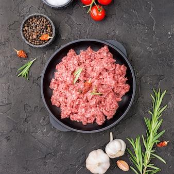 Vista dall'alto di carne sul piatto con pomodori ed erbe