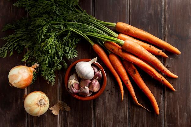 Vista dall'alto di carote con aglio