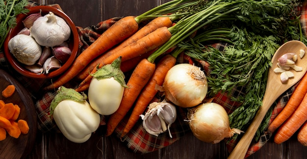 Vista dall'alto di carote con cipolle e aglio
