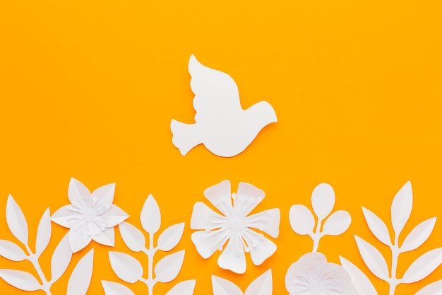 Vista dall'alto di carta colomba e fiori