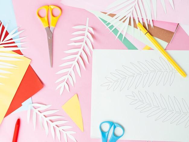 Vista dall'alto di carta colorata e forbici