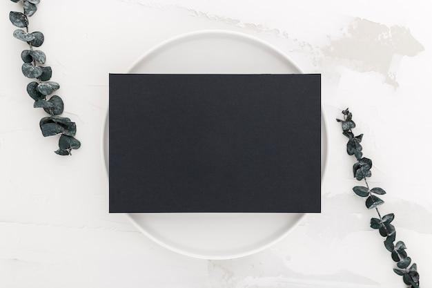 Vista dall'alto di carta menu vuoto sul piatto con piante