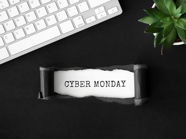 Vista dall'alto di carta strappata con pianta e tastiera per cyber lunedì