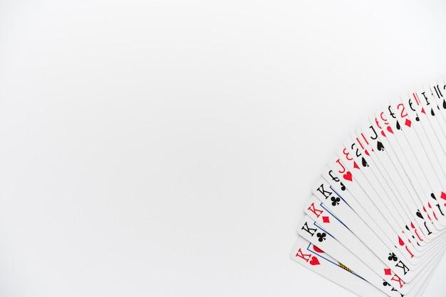 Vista dall'alto di carte da gioco su sfondo bianco