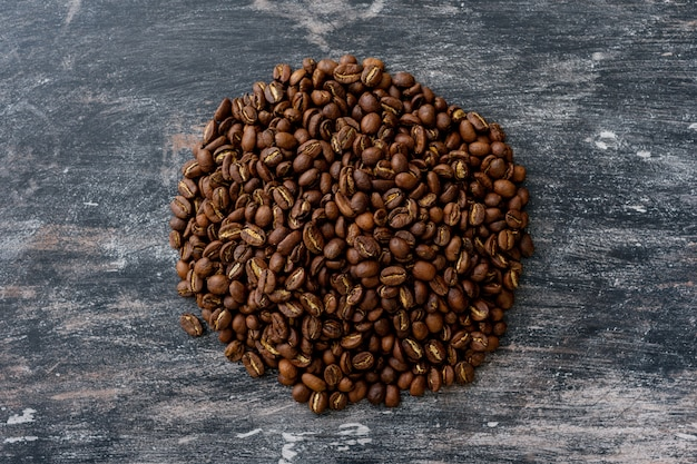 Vista dall'alto di chicchi di caffè a forma di cerchio