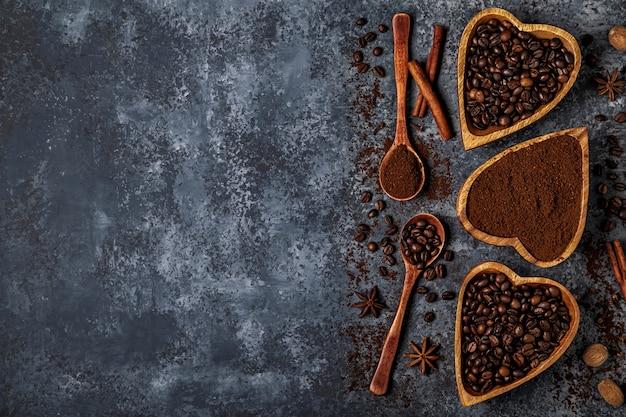 Vista dall'alto di chicchi di caffè, caffè macinato e spezie