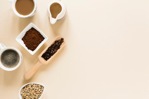 Vista dall'alto di chicchi di caffè con spazio di copia
