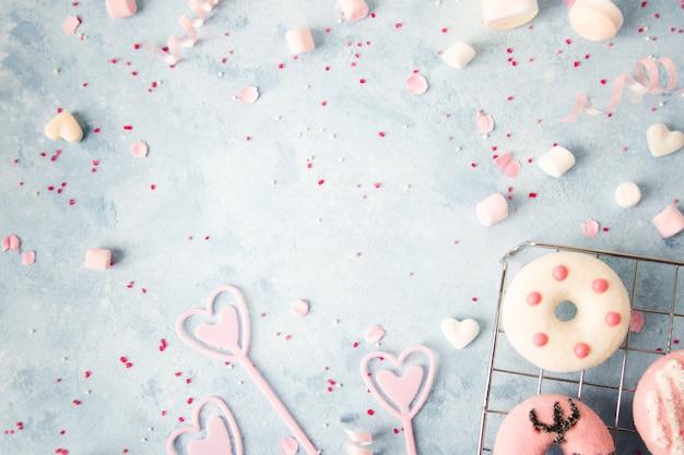 Vista dall'alto di ciambelle con assortimento di caramelle