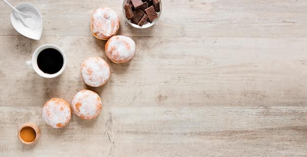 Vista dall'alto di ciambelle con caffè e cioccolato