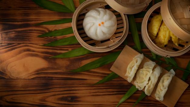 Vista dall'alto di cibo tradizionale cinese, gnocchi al vapore che servono sulla cucitrice di bambù