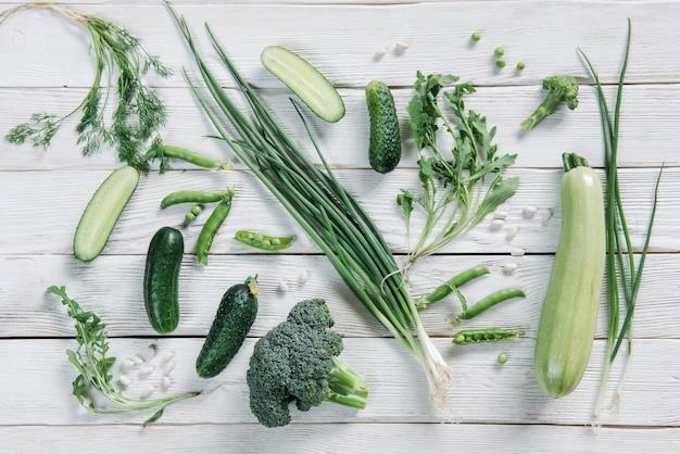 Vista dall'alto di cibo vegetariano verde sul tavolo rustico scuro