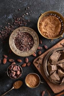 Vista dall'alto di cioccolato con fave di cacao e polvere