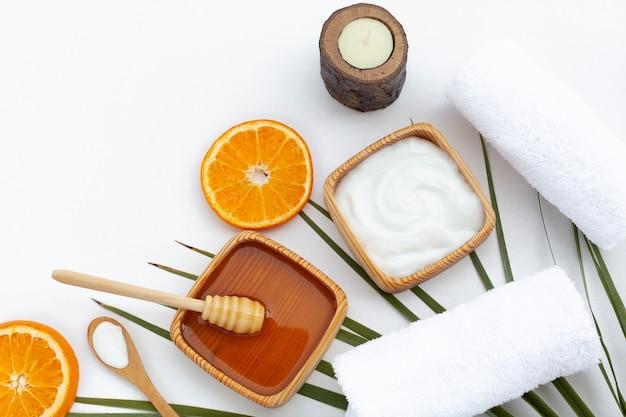 Vista dall'alto di crema al burro corpo e fette d'arancia