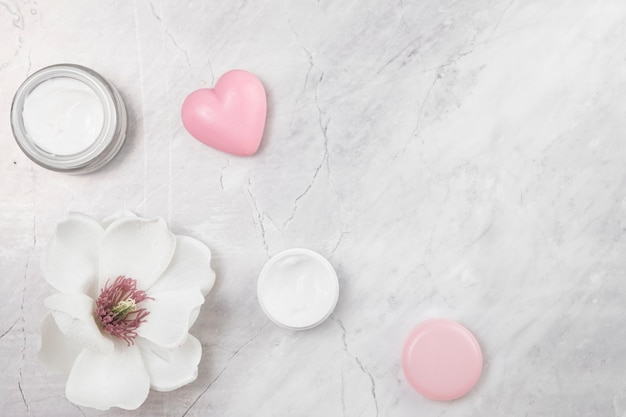 Vista dall'alto di crema per il corpo naturale su sfondo di marmo